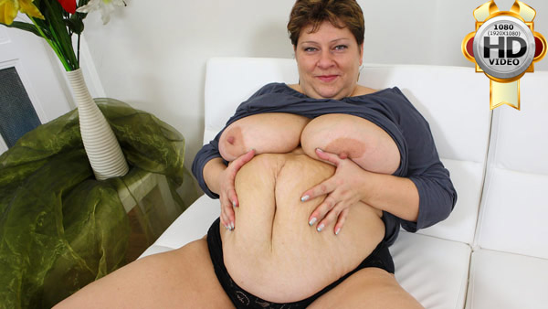 Mature plump spreading her curvy body